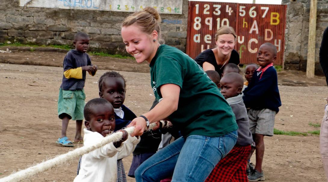 Una voluntaria social en Ghana le enseña a los niños a trabajar en equipo.